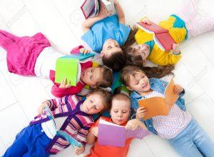 16036025 Grupo de ni os disfrutando de la lectura juntos Foto de archivo 300x220 - Cucú, más que un cuento para niños