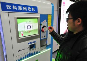 botellas metro pekin 300x210 - ¡Ojo a las botellas! Los millenials que hicieron posible pagar el metro reciclando