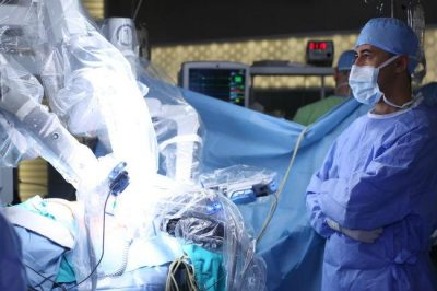 ia y robotica en la medicina shutterstock - 5 problemas del sector salud que la Inteligencia Artificial puede resolver