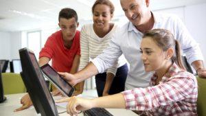 """teacher digital classroom 664x374 300x169 - Nuevo artículo académico asegura que """"el nativo digital es un mito"""""""