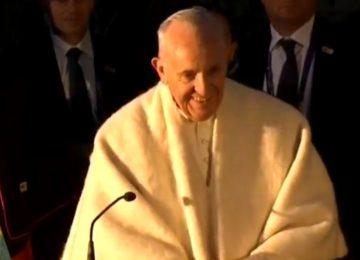 "59b084eb0a221 360x260 - Los ""Hijos del Padre Nicoló"" le obsequiaron una ruana al Papa Francisco"