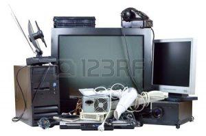 21802483 viejo y usado residuos el ctricos ordenador obsoleto pc tel fono monitor crt dvd 300x199 - ¿Por qué la basura podría ser una fortuna?