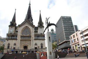 Catedral de Manizales 300x201 - Un trueque por la salud del planeta: por cada diez bolsas plásticas le dan una de tela