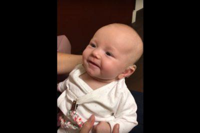 bebe escucha - La tierna reacción de bebé sorda al escuchar a su madre por primera vez