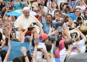 blu radio   entradas de la misa del papa francisco en bogota   foto afp 300x215 - La salud: el fracaso de los gobiernos desde 1993