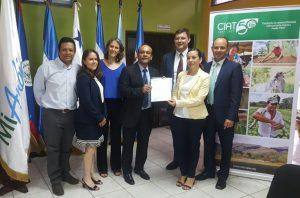 blog honduras firmaconvenio 300x198 - Premian a colombianos por ideas para mitigar el cambio climático