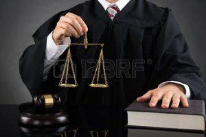 44714025 primer del juez masculino que sostiene la escala del peso de oro en el escritorio 300x200 - Desangre vergonzoso
