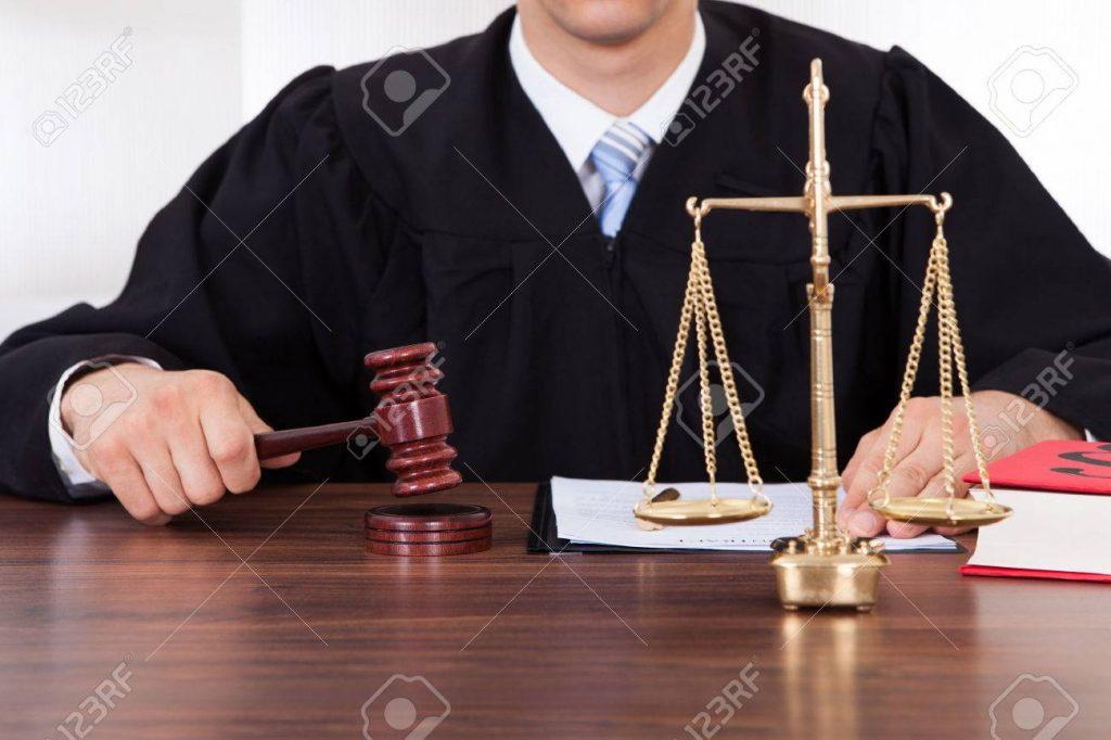 28162298 sección media de juez masculino con un martillo y la escala de peso en la mesa de sala de audiencias 1024x682 - RESURRECCIÓN DE LA JUSTICIA