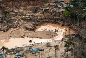 0000246515W 300x202 - Colombia debe combatir su adicción al oro y a la gasolina