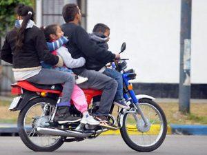 Moto con chicos a bordo 300x225 - El lazo azul