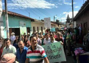 blu radio protesta en mogotes por explotacion minera foto suministrada 300x215 - Explotación minera pone en riesgo ambiental el río Mogoticos en Santander