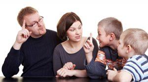 comunicación padres hijos 1 300x167 - Enseñar a hablar: los errores que no deben cometer los padres