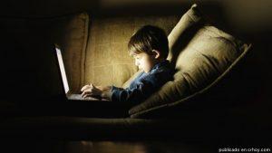 AbusoNiños 300x169 - La luz de las pantallas causaría ceguera en el largo plazo