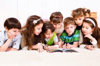 depositphotos 5775480 stock photo kids with book - Los libros sí pueden cambiar su mundo