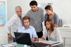 depositphotos 7132899 stock photo trainees looking at a laptop 300x200 - La luz de las pantallas causaría ceguera en el largo plazo