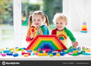 depositphotos 142488495 stock photo kids playing with colorful blocks 300x219 - Por qué la inteligencia artificial debería tomar como modelo a un niño