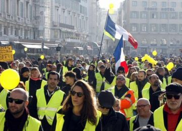 miles de chalecos amarillos en una marcha en paris con altercados 360x260 - De los chalecos amarillos al Nuevo Trato Verde