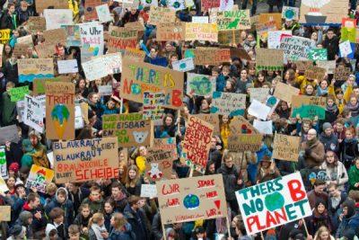 Friday - Millones de jóvenes unidos marchan en defensa del planeta