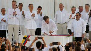 colombia paz farc acuerdo firma santos 1920 300x169 - Santos revela hasta cuándo se aguantó a Uribe para negociar la paz