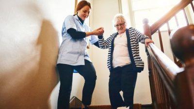 102566443 personamayor - Un día en la vida de un cuidador de adultos mayores en Estados Unidos/ AARP en Español//You Tube//Foto Getty Images