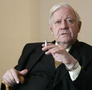 Altkanzler Helmut Schmidt 300x293 - ¿Está justificada la mentira en política?