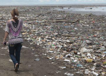 contaminacion de playas 360x260 - Bailapor el Mar, fuente de Vida en peligro por la amenaza plástica//You Tube//Foto:Roberto Barrios//Día a día.com