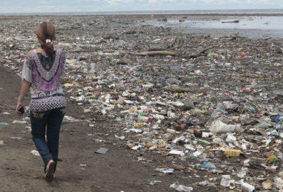 contaminacion de playas - Bailapor el Mar, fuente de Vida en peligro por la amenaza plástica//You Tube//Foto:Roberto Barrios//Día a día.com