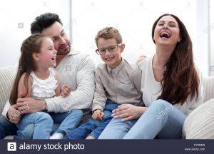 padres carinosos con ninos sentados en el sofa py0nm9 300x216 - los ingredientes básicos para que un niño crezca sano