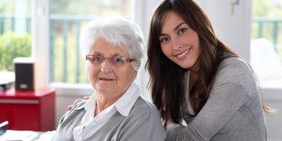 percibir paga cuidar familiar 700x350 - Cuidador de ancianos, el trabajo de moda en EEUU… y uno de los peor pagados