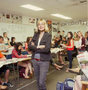 D0lNvzuXQAELRVO 294x300 - Esther Wojcicki, la rebelde que crió a las líderes del futuro