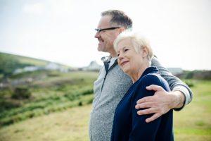 feliz pareja edad juntos 53876 63330 300x200 - Cómo potenciar la autoestima en las personas mayores