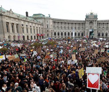 galeria protestas cambio climatico en el mundo 1920 380x320 - Los niños invitan a despertar ya , y crear un futuro mejor al que tienen pleno derecho.// Este es el himno mundial//YouTube.//Foto Infobae