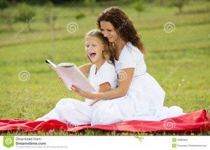madre y niños que leen un libro 35865953 300x215 - S.O.S. por la lectura