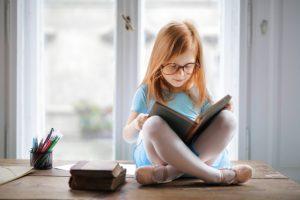 nina leyendo libro 102671 4828 300x200 - S.O.S. por la lectura