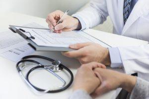 primer plano medico llenando formulario medico paciente 23 2148050550 300x200 - La inteligencia artificial promete mejorar los diagnósticos médicos