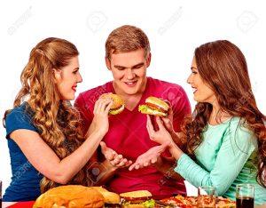 """48936560 personas de grupo comer hamburguesas girls alimentado hombre hamburguesa concepto de comida rápida con 300x234 - Probamos la """"carne"""" vegetal que quiere ser la hamburguesa del futuro"""