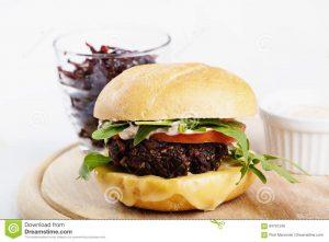 """hamburguesa vegetariana con queso y verduras 84761240 300x221 - Probamos la """"carne"""" vegetal que quiere ser la hamburguesa del futuro"""