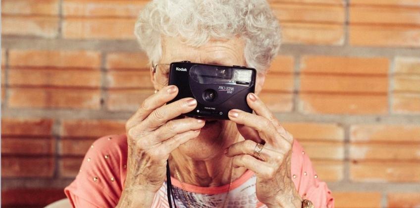 img tecnologia mayores portada - 5 tecnologías que mejoran la vida de los mayores