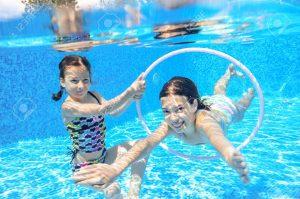 41254520 felices los niños nadan en la piscina bajo el agua nadando niñas jugando y tener diversión niños deportes acuático 300x199 - Hacer deporte, un factor indispensable en el desarrollo de los niños