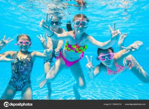 depositphotos 199545732 stock photo group little kids swimming pool 300x219 - Hacer deporte, un factor indispensable en el desarrollo de los niños