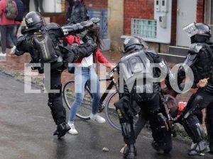 5dd706bd2765a 300x225 - Muere Dilan Cruz, el joven que recibió un disparo de un policía durante las protestas en Colombia//El País, de España.//YouTube.