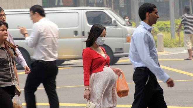 """108852363 gettyimages 170997208 - El estudio que revela que la contaminación del aire """"atraviesa la placenta"""" de mujeres embarazadas"""