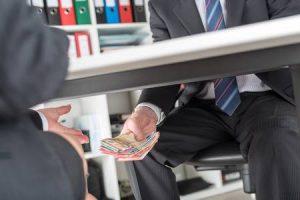 """44944544 el hombre de negocios que da el dinero debajo de una mesa 300x200 - """"Hay un exceso de gabelas y exenciones, clarísimo en Colombia"""", Luis Jorge Garay"""