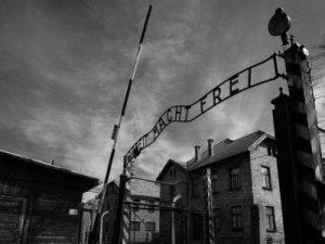 """holocasuto 1 300x225 - LOS VESTIGIOS DEL INFIERNO. O El trabajo los hará libres. """"ARBEIT MACHTFREI"""""""