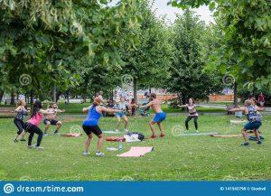 deporte al aire libre un grupo de personas que hace ejercicios en el parque moscú museon julio hombre y mujeres la ropa deportes 141942798 300x217 - 7 formas de prevenir el alzhéimer