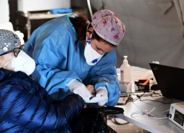 medico 13 0 1 360x260 - Con aplausos, colombianos rinden homenaje a médicos y enfermeras ante crisis