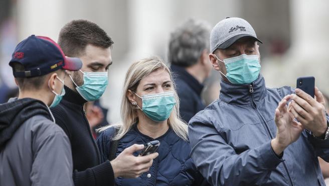 turistas con mascarillas - Estas son las medidas que los países están tomando para intentar frenar al imparable coronavirus