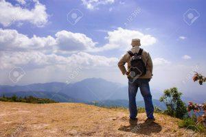 37232470 el hombre de los viajeros con mochila mirando el paisaje de montaña en el fondo del cielo 300x200 - MI ALMA TIENE PRISA