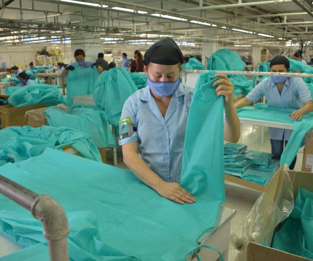DSC 0174 1 1024x853 - Grupo Ecopetrol, Arturo Calle y Bio Bolsa se unen para producir trajes de protección