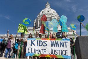 """Kids Want Climate Justice 34168280266 1 300x200 - """"El activismo funciona"""", dice Greta Thunberg a los jóvenes del mundo."""